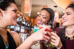 Dziewczyny cieszy się życie nocne w klubie, pije koktajle Obraz Stock