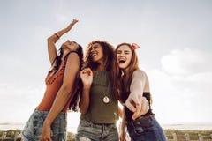 Dziewczyny cieszy si? wakacje letnich zdjęcie royalty free