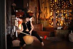 Dziewczyny czarodziejka, czarownica na miotle z banią halloween Zdjęcie Stock