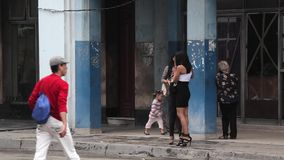 Dziewczyny czeka dźwignięcie w Hawańskim, Kuba zdjęcie wideo