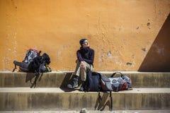 Dziewczyny czekanie z plecakami w słońcu obrazy stock
