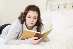 Dziewczyny czytanie w łóżku obrazy royalty free