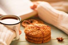 Dziewczyny czytelnicza książka i pić herbata w zimie Obrazy Royalty Free