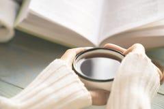 Dziewczyny czytelnicza książka i pić herbata w zimie Zdjęcie Stock
