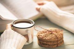 Dziewczyny czytelnicza książka i pić herbata w zimie Fotografia Stock