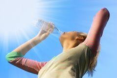dziewczyny dinking wody. zdjęcie royalty free