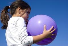 Dziewczyny dmuchanie w górę balonu - Fotografia Royalty Free