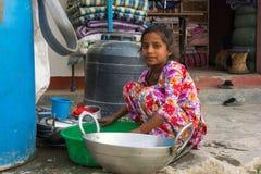 Dziewczyny domycia naczynia na ulicie Marzec 26, 2018 w Kathmandu, N Zdjęcia Royalty Free