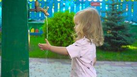 Dziewczyny domycia ręka w parku zbiory wideo