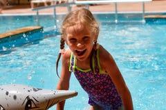 Dziewczyny dopłynięcie w basenie uśmiecha się szczęśliwego dzień i ma Obrazy Royalty Free