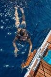 Dziewczyny dopłynięcie w morzu fotografia royalty free