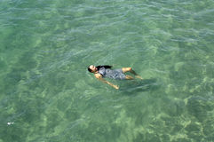 Dziewczyny dopłynięcie w oceanie zdjęcie royalty free