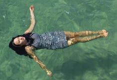 Dziewczyny dopłynięcie w oceanie zdjęcia stock
