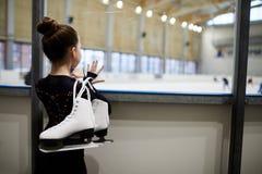 Dziewczyny dopatrywania postaci łyżwiarki zdjęcie royalty free