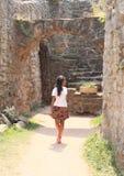Dziewczyny dopatrywania ruiny grodowy Pecka Zdjęcia Royalty Free