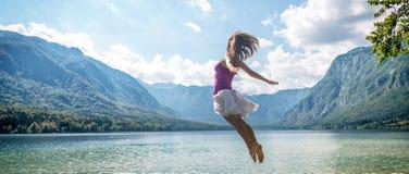 Dziewczyny doskakiwanie na jeziorze Obraz Stock