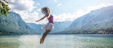 Dziewczyny doskakiwanie na jeziorze Fotografia Stock