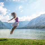 Dziewczyny doskakiwanie na jeziorze Zdjęcia Royalty Free