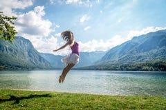 Dziewczyny doskakiwanie na jeziorze Zdjęcia Stock