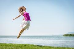 Dziewczyny doskakiwanie na jeziorze Fotografia Royalty Free