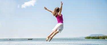 Dziewczyny doskakiwanie na jeziorze Zdjęcie Stock