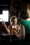 Dziewczyny dostaje wpólnie przy pubem Obraz Royalty Free
