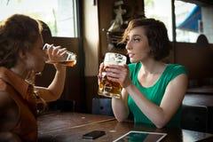 Dziewczyny dostaje wpólnie przy pubem Zdjęcie Royalty Free