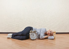 Dziewczyny dosypianie na podłoga pusty pokój obrazy stock
