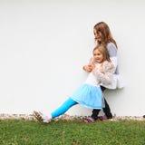 Dziewczyny - dzieciaki łapie each inny obraz stock