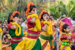Dziewczyny dziecka tancerzy perforimg przy Holi festiwalem w Kolkata (wiosna) Obrazy Stock