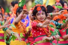 Dziewczyny dziecka tancerzy perforimg przy Holi festiwalem w Kolkata (wiosna) Zdjęcie Stock