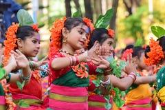 Dziewczyny dziecka tancerzy perforimg przy Holi festiwalem w Kolkata (wiosna) Fotografia Stock