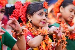 Dziewczyny dziecka tancerzy perforimg przy Holi festiwalem w Kolkata (wiosna) Obraz Royalty Free