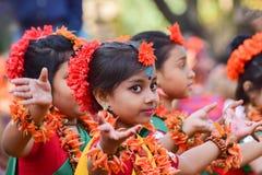 Dziewczyny dziecka tancerzy perforimg przy Holi festiwalem w Kolkata (wiosna) Obrazy Royalty Free
