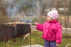 Dziewczyny dziecko smaży mięso w naturze zdjęcia stock