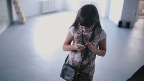 Dziewczyny dziecko używa ich telefon w studiu zbiory wideo