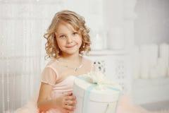 Dziewczyny dziecko w pięknych bożych narodzeniach dekorujących obraz stock