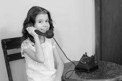 Dziewczyny dzwoni na starym telefonie Fotografia Royalty Free
