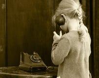 Dziewczyny dzwoni na starym telefonie Zdjęcie Stock