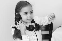 Dziewczyny dzwoni na starym telefonie Obrazy Royalty Free