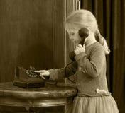 Dziewczyny dzwoni na starym telefonie Obrazy Stock