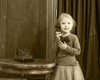 Dziewczyny dzwoni na starym telefonie Fotografia Stock