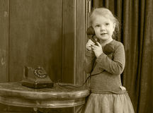 Dziewczyny dzwoni na starym telefonie Obraz Royalty Free