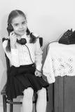 Dziewczyny dzwoni na starym telefonie Zdjęcia Royalty Free