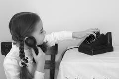 Dziewczyny dzwoni na starym telefonie Obraz Stock