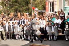 Dziewczyny dzwonienia dzwon dla równiarek - pierwszy dzwon Zdjęcia Royalty Free