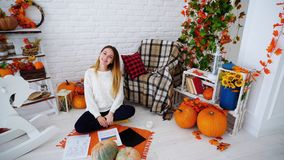 Dziewczyny Freelancer Pracuje Z, ono Uśmiecha się i Siedzi na podłoga dokumentami i mapami, fotografia royalty free