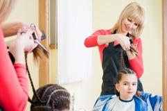 dziewczyny fryzjera mały ładny salon zdjęcia stock