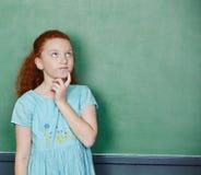 Dziewczyny główkowanie przy chalkboard Obraz Stock