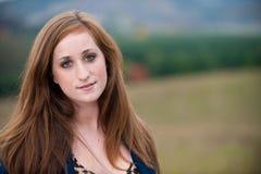 dziewczyny głowiasta outdoors czerwień nastoletnia Zdjęcie Stock